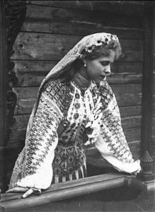 Regina-Maria-la-18-ani-ia-haine-traditionale-romanesti
